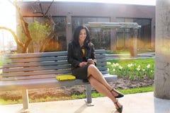 Donna di affari all'esterno Immagini Stock Libere da Diritti