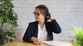 Donna di affari all'intervista che parla sulla macchina fotografica stock footage