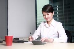 Donna di affari all'ufficio Fotografia Stock Libera da Diritti