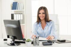 Donna di affari all'ufficio Immagini Stock Libere da Diritti