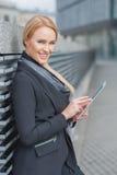 Donna di affari alla moda che per mezzo di un compressa-pc Fotografia Stock Libera da Diritti