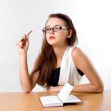 Donna di affari alla moda che si siede al suo scrittorio Fotografia Stock Libera da Diritti