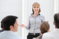 Donna di affari alla riunione di presentazione Immagini Stock Libere da Diritti