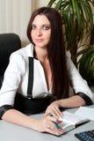 Donna di affari alla tabella Fotografie Stock Libere da Diritti
