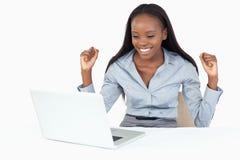 Donna di affari allegra che lavora con un taccuino Fotografia Stock
