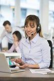 Donna di affari allegra nell'ufficio sul telefono, Fotografia Stock Libera da Diritti