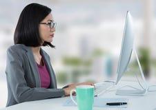 Donna di affari allo scrittorio con il computer con fondo luminoso Fotografie Stock