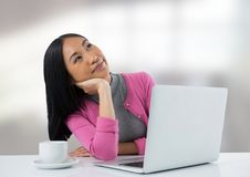 Donna di affari allo scrittorio con il computer portatile con fondo luminoso Fotografia Stock