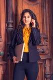 Donna di affari americana dell'indiano orientale dei giovani che lavora a New York Fotografie Stock
