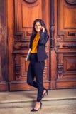 Donna di affari americana dell'indiano orientale dei giovani che lavora a New York Fotografia Stock