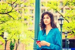 Donna di affari americana Texting Outside dell'indiano orientale Fotografia Stock Libera da Diritti