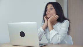 Donna di affari annoiata che lavora al computer portatile in ufficio stock footage
