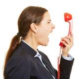Donna di affari arrabbiata che grida nel telefono fotografie stock libere da diritti