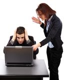 Donna di affari arrabbiata che mostra al suo emplyee gli errori su un computer portatile Fotografia Stock