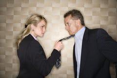 Donna di affari arrabbiata che tira il legame dell'uomo Fotografia Stock Libera da Diritti