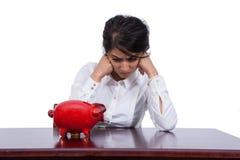 Donna di affari arrabbiata con il porcellino salvadanaio Immagine Stock