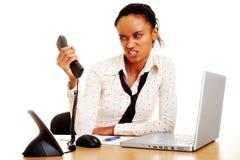 Donna di affari arrabbiata con il telefono Fotografie Stock