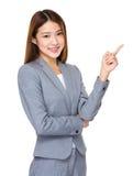 Donna di affari asiatica che indica lo spazio vuoto fotografia stock