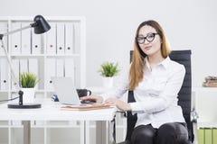 Donna di affari asiatica che lavora al progetto Immagini Stock