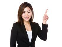 Donna di affari asiatica che mostra dito su fotografia stock