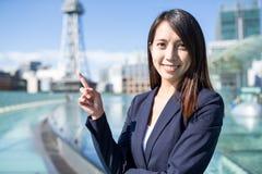 Donna di affari asiatica che mostra il punto del dito su Fotografia Stock Libera da Diritti