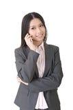Donna di affari asiatica che parla sul telefono cellulare Fotografia Stock