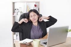 Donna di affari asiatica che si siede al computer della tavola in ufficio Immagini Stock Libere da Diritti