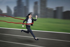 Donna di affari asiatica che vince la corsa Fotografia Stock