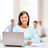 Donna di affari asiatica con il computer portatile ed i documenti Fotografia Stock