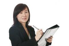 Donna di affari asiatica con il dispositivo di piegatura nero Fotografia Stock Libera da Diritti