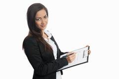 Donna di affari asiatica con la lista di controllo Fotografia Stock Libera da Diritti