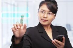 Donna di affari asiatica con lo schermo di tocco Fotografia Stock