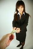 Donna di affari asiatica con soldi Immagini Stock