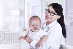 Donna di affari asiatica ed il suo bambino 2 Fotografie Stock Libere da Diritti