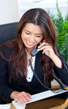 Donna di affari asiatica sorridente che comunica sul telefono Fotografia Stock Libera da Diritti