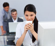 Donna di affari assertiva che beve un caffè Fotografia Stock