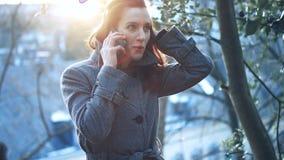 Donna di affari attraente all'aperto con il telefono cellulare archivi video