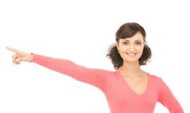 Donna di affari attraente che indica la sua barretta Fotografia Stock Libera da Diritti