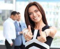Donna di affari attraente che mostra i pollici su Immagini Stock