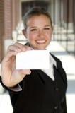 Donna di affari attraente che tiene una scheda Fotografia Stock
