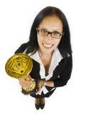Donna di affari attraente che vince una tazza fredda Fotografia Stock