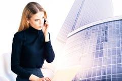Donna di affari attraente in città moderna Immagine Stock