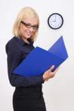 Donna di affari attraente con i dispositivi di piegatura Fotografie Stock