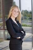 Donna di affari attraente con le braccia attraversate Fotografia Stock Libera da Diritti