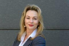 Donna di affari attraente con un sorriso amichevole fotografia stock libera da diritti