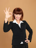 Donna di affari attraente e giovane che mostra segno giusto Fotografia Stock Libera da Diritti