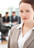 Donna di affari attraente nel corso di una riunione Immagine Stock Libera da Diritti