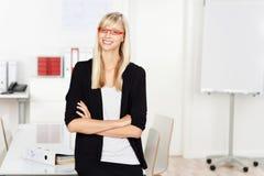 Donna di affari attraversata braccio Immagine Stock Libera da Diritti