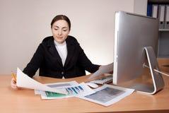 Donna di affari bella con il rapporto finanziario Fotografie Stock Libere da Diritti