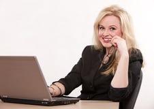 Donna di affari bionda abbastanza caucasica Fotografia Stock Libera da Diritti